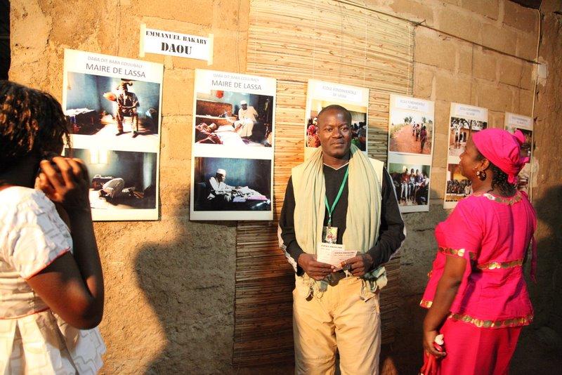 vernissage à l'espace Sackoba : Emmanuel Bakary Daou devant son exposition  © Sébastien Rieussec