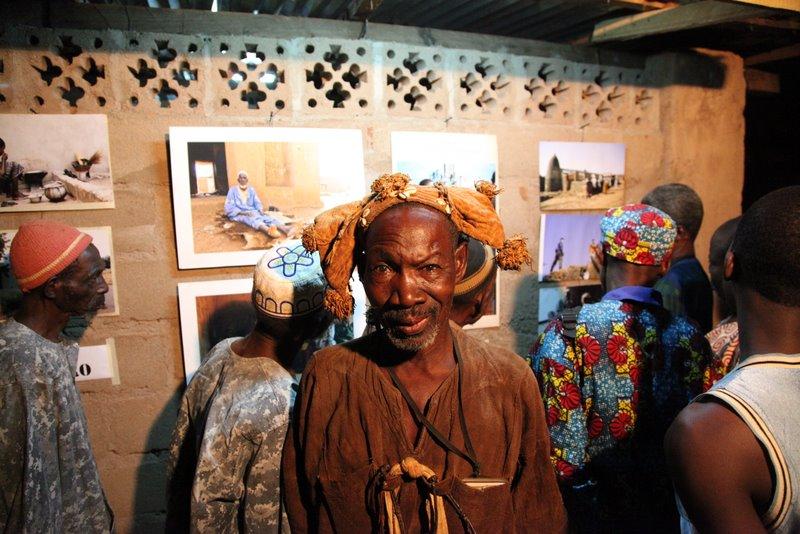 vernissage à l'espace Sackoba - chef du village de Lassa © Sébastien Rieussec