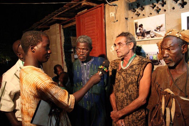 vernissage à l'espace Sackoba - Patrick ertel entouré du maire de Lassa (d) et du chef de village (g) © Sébastien Rieussec