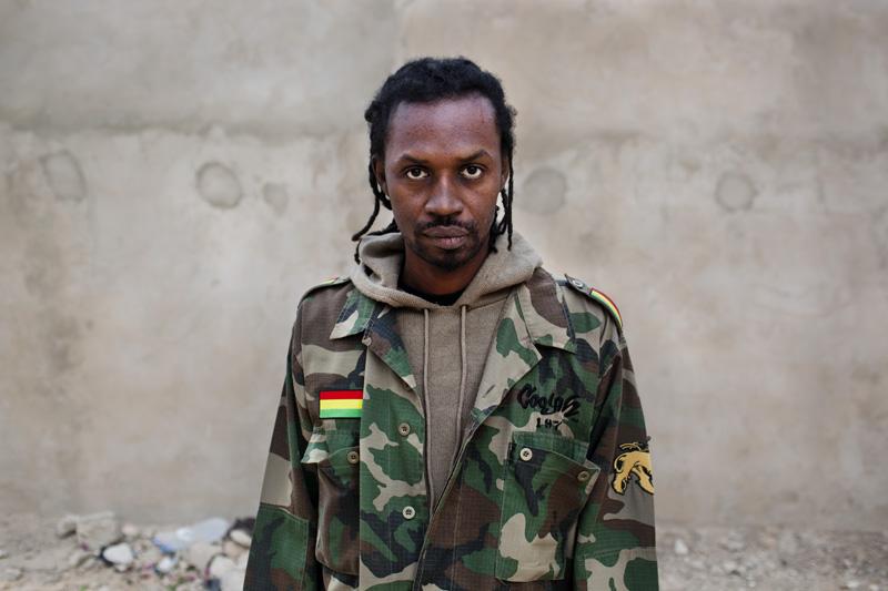 Xuman, 37 ans, est une figure importante du mouvement hip-hop au Sénégal.Ces textes parlent des difficultés de la vie quotidienne et dénoncent les abus du pouvoir. Cela fait 15 ans que la jeunesse sénégalaise reste fidèle à ces discours engagés et à son activisme citoyen. © Camille Millerand