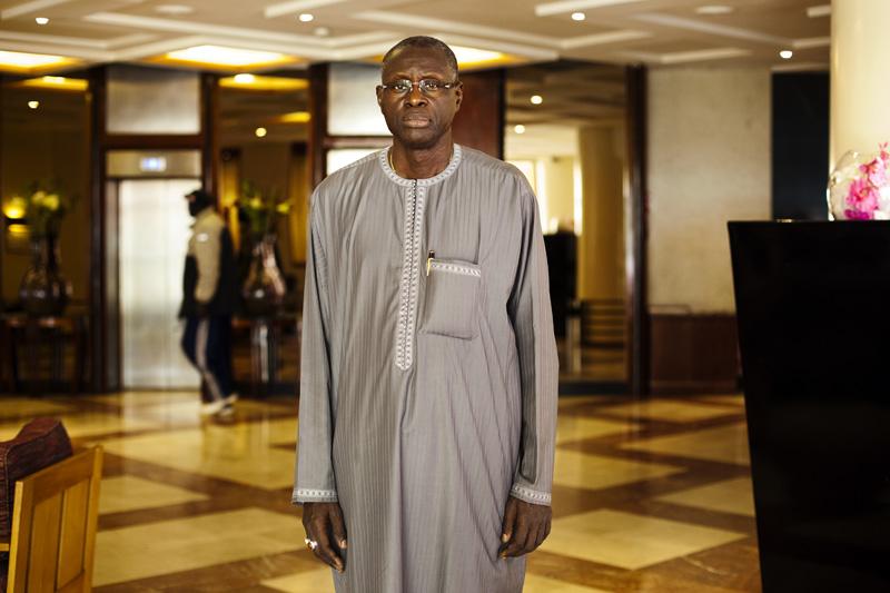 Mansour Cama, président de la Confédération nationale des employeurs du Sénégal, l'une des organisations patronales les plus représentatives, dans le hall d'un grand hotel de Dakar. © Camille Millerand