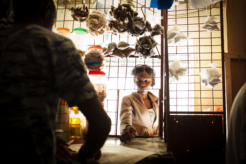 Chez un boutiquier à Ouestfoire. Ici comme dans d'autres quartiers de Dakar, on peut y acheter toutes sortes de denrées alimentaires( riz, gaz, oignons, produits laitiers, cigarettes, pain, sucre, café, sardines, poivre, rasoirs...). © Camille Millerand