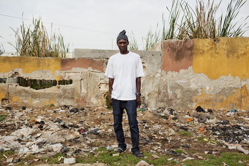 Teinturier de père en fils, Cheikhou Camara a longtemps vécu de petits larcins. Depuis un an, il s'investit dans la réhabilitation de son quartier. © Camille Millerand