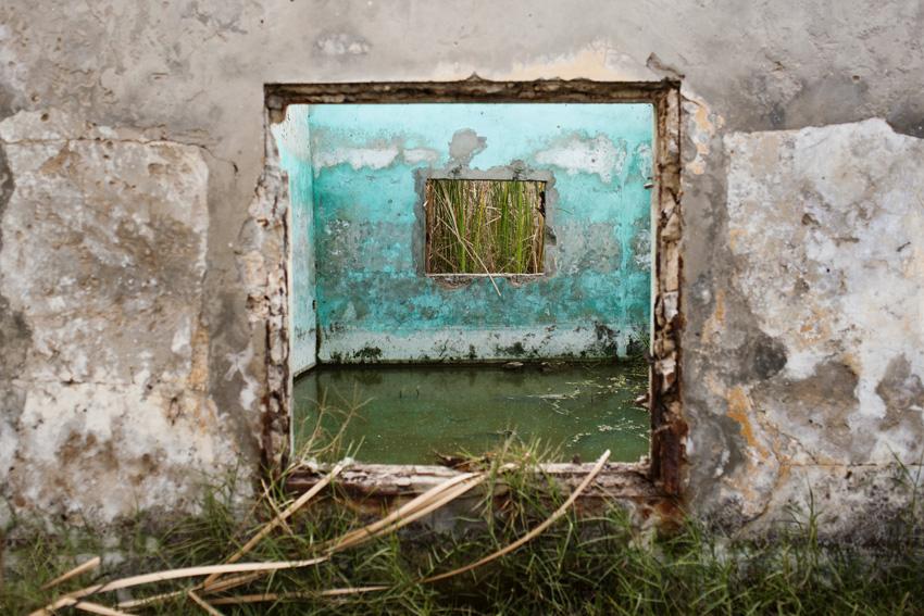 Chaque été, avec l'arrivée des pluies, Niety Mbar devient un enfer. En quelques années, l'accumulation des eaux a englouti une partie importante du quartier et chassé certains de leurs habitations. De nombreuses familles sont condamnées à vivre dans des maisons inondées.© Camille Millerand