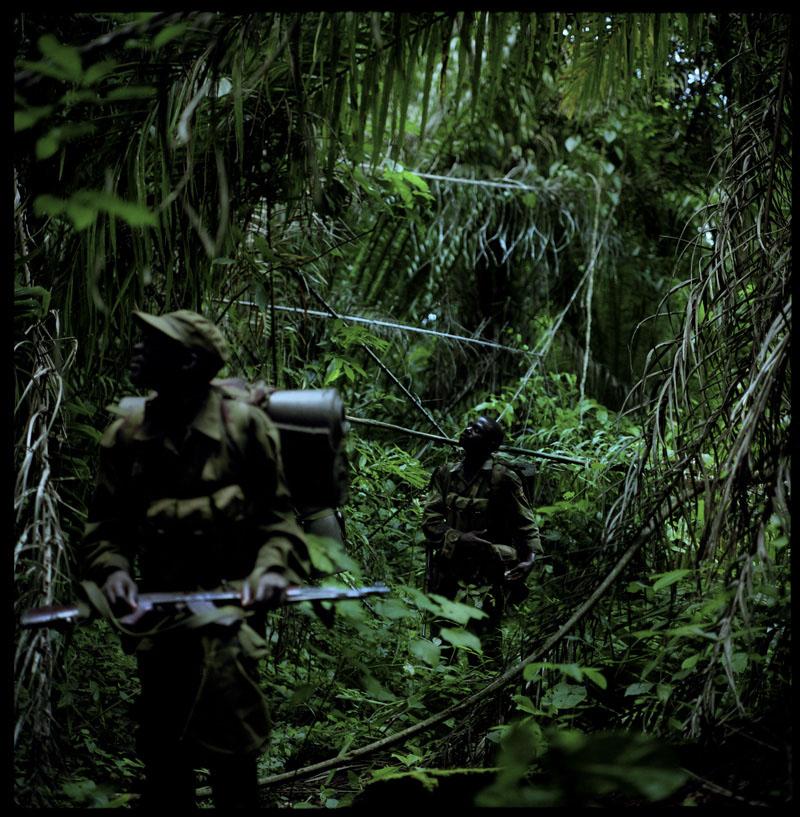 Lors de la marche, il est interdit de parler: les voix portent loin, et pourraient prévenir l'ennemi, forêt de Pasi, RDC, 15 Mai 2011.© Benedicte Kurzen