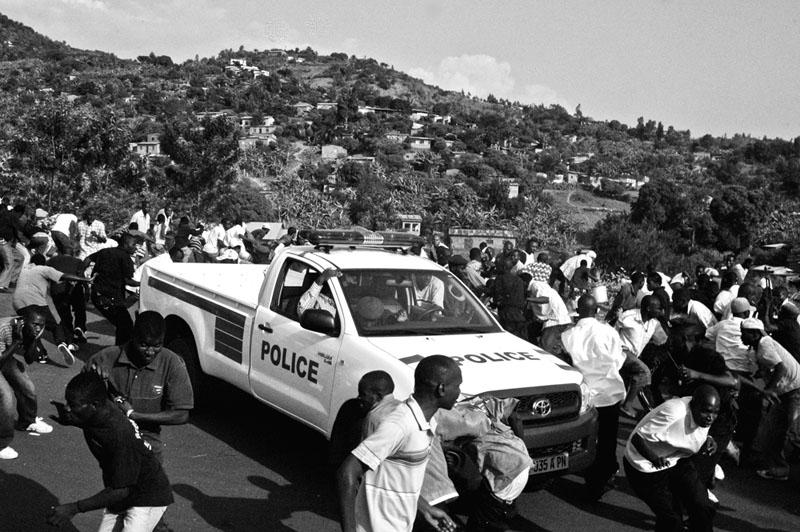 Rumeur de mandat - Le 15 juin 2010, une rumeur circule: un mandat d'arrêt a été lancé contre le président du parti FNL, Rwasa Agathon. Des partisans du FNL se précipitent près de sa résidence sur les collines de Bujumbura ; la manifestation improvisée durera 24 heures avant que la police et l'armée ne la disperse. Quelques coups de feu seront entendus dans les beaux quartiers, lorsqu'un officier de police frôle le lynchage dans la foule survoltée. © Teddy Mazina