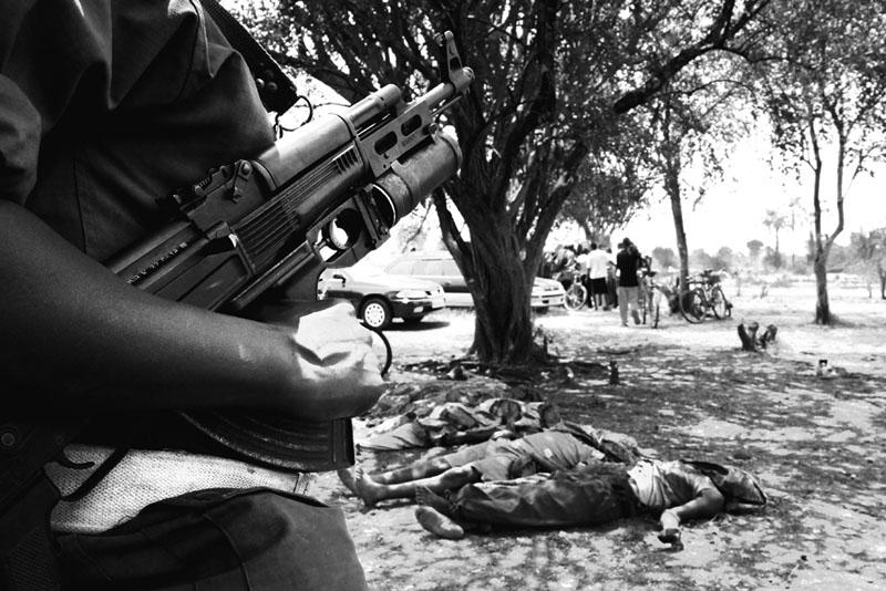 Rukoko - Le 17 septembre 2010, dans la réserve naturelle de la Rukoko, près de Bujumbura, 11 travailleurs de la plantation de canne à sucre sont tués par des hommes armés en tenue militaire. Le lendemain ils reviennent et massacrent des dizaines de vaches dans les environs. Personne ne connaîtra les responsables de ce massacre. © Teddy Mazina