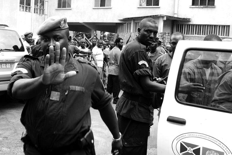 Stop - Procès politique devant le parquet général de Bujumbura. © Teddy Mazina