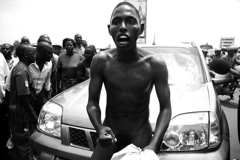 Dernier Recours «Monsieur Nu» - Le 20 septembre 2011, Léonce Ngendakumana, président du FRODEBU (parti d'opposition burundais) est interrogé pendants quatre heures par le procureur en mairie de Bujumbura. Un SMS disant que celui-ci allait être arrêté circule, quelques militants du FRODEBU accourent et attendent devant le bureau du procureur. Alors que le procureur annonce une perquisition au domicile de l'interroger, un militant pense que celui-ci est conduit en prison et décide de se déshabiller pour protester. Il bloque la circulation pendant une vingtaine de minutes. © Teddy Mazina