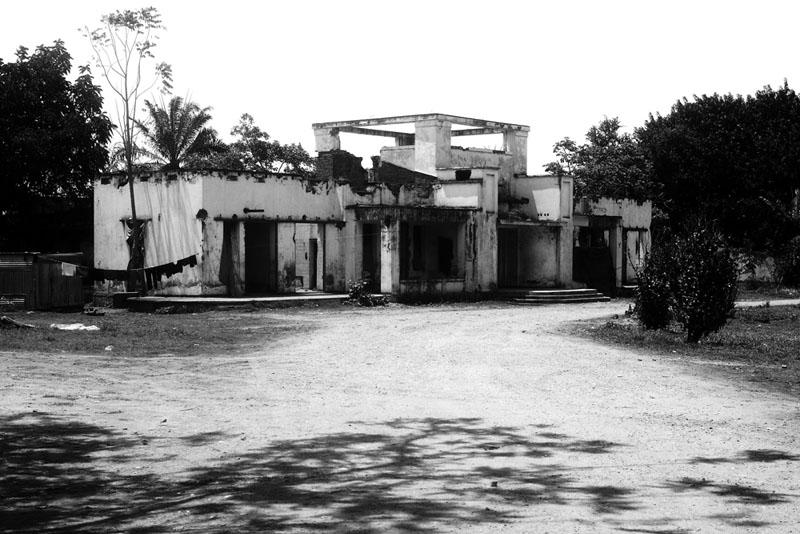 Ruine Royale - Ancien palais du gouverneur au temps de la tutelle belge, devenu par la suite palais du Mwami Mwambutsa, la belle bâtisse est chargée de symboles pour l'histoire nationale. C'est la dernière demeure du héros de la démocratie, Melchiore NDADAYE, bombardée par des véhicules blindés dans la nuit du 20 au 21 octobre 1993, elle fût abandonnée et pillée. Elle est aujourd'hui en ruine et sert d'abri de fortune pour un camp de la police nationale. © Teddy Mazina