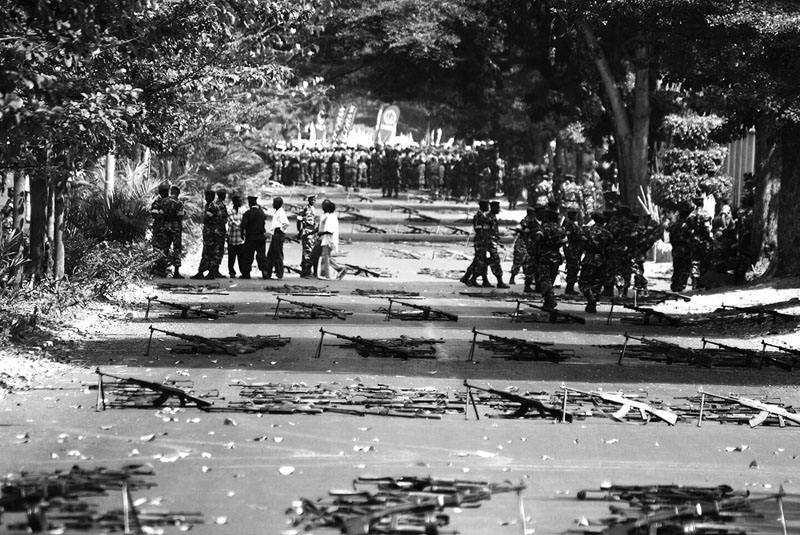 Boulevard - Avant la parade militaire du 1er Juillet, jour de l'indépendance du Burundi, les militaires marquent les rangs de leurs armes. © Teddy Mazina