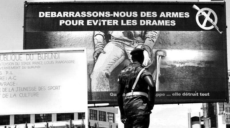 Billbord, 2009 - Campagne de désarmement post conflit financée par le PNUD, Programme des Nations Unies pour le Développement. © Teddy Mazina