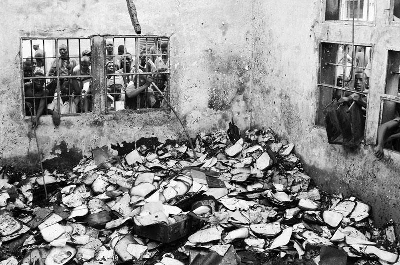 Dossiers - Dans la nuit du 3 décembre 2009, une émeute éclate à la prison centrale de Mpimba à Bujumbura. Le bureau du directeur prend feu, emportant des milliers de dossiers de détenus. Pour 800 places, la prison comptait à ce moment-là plus de 3500 détenus. © Teddy Mazina