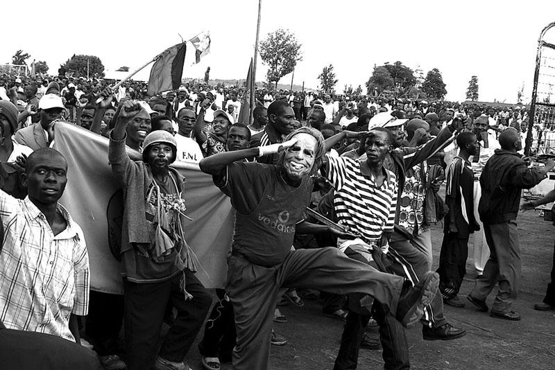 Campagne Carnaval - Les campagnes électorales au Burundi sont de grandes fêtes, un grand carnaval avec beaucoup de ferveur, de la musique, des personnages et des déguisements. © Teddy Mazina