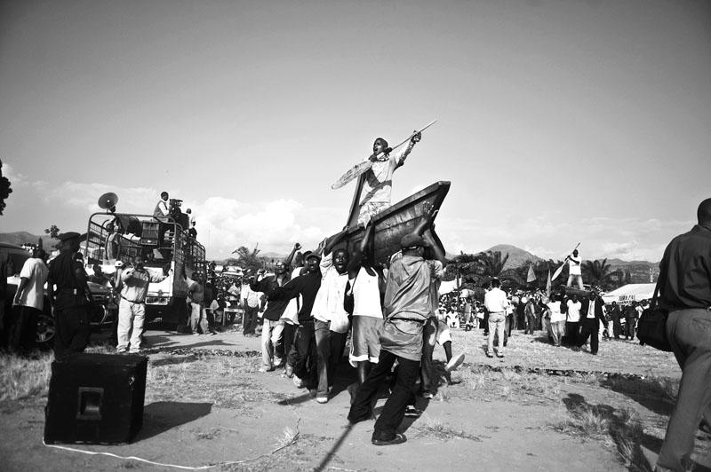 La traversée du Jourdain - Campagne électorale 2010, dernier meeting du FNL, dernier mouvement rebelle à avoir déposé les armes en 2009. Le slogan de campagne est : «la traversée du Jourdain par le peuple burundais», mélange de concepts religieux et politiques. Traversée = Libération. © Teddy Mazina