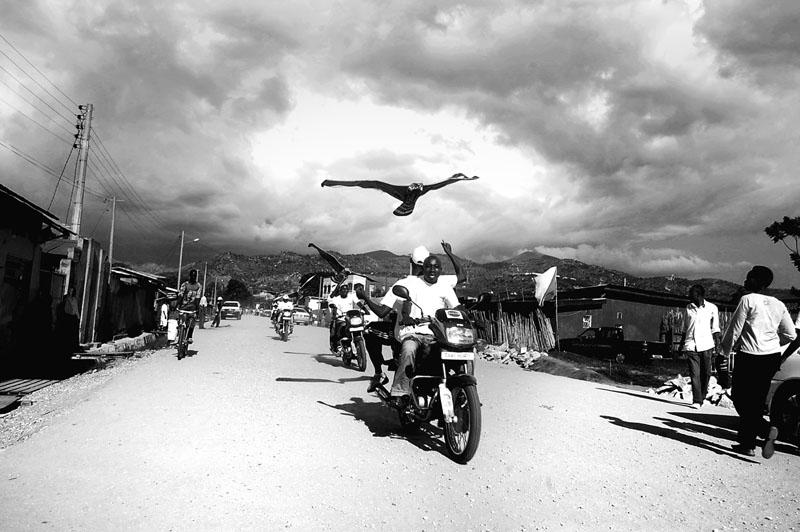 Inkona ya DD - Campagne électorale 2010. L'aigle est le symbole du CNDD, parti au pouvoir depuis 2005 au Burundi. Des cerf-volants en forme d'aigle sont distribués pendant la campagne électorale et de fervents partisans sillonnent les quartiers de Bujumbura pour la grande fête de l'espoir et de la liberté. © Teddy Mazina