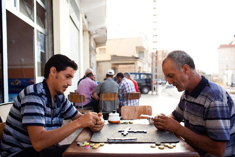 Le domino est très populaire en Algérie. Un jeu qu'on pratique dans les cafés. © Camille Millerand