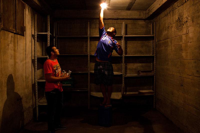 Ali et Boubakeur alternent les petits boulots. Ici, ils viennent changer une ampoule. Comme beaucoup de jeune du village, ils rêvent de quitter l'Algérie.  © Camille Millerand
