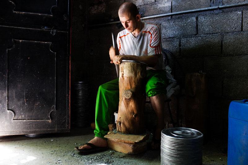 Mouloud, 28 ans, fabrique à la main des ustensiles de cuisine dans une fonderie. La seule entreprise du village... © Camille Millerand