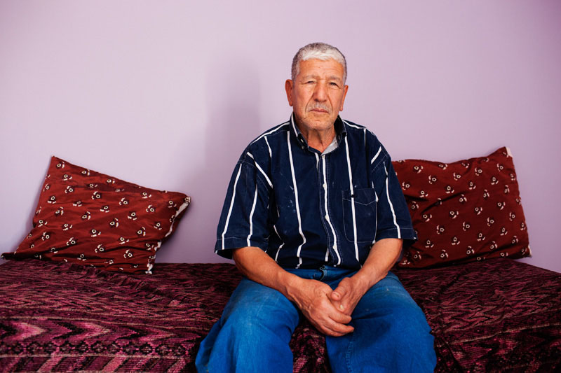 Mr Zouhani, 80 ans, a quitté M'cisna en 1951 pour s'installer à Aubervilliers, dans la banlieue parisienne. Ouvrier qualifié, il a fait la majeure partie de sa carrière à l'usine automobile Chausson à Gennevilliers. Depuis qu'il est à la retraite, il fait des allers-retours entre l'Algérie et la France. En Kabylie, il se sent moins à l'étroit, surtout depuis qu'il a achevé sa grande maison de 3 étages.© Camille Millerand