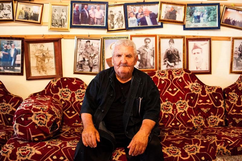 Mr SABA Mokrane, 80 ans a combattu auprès du FLN pendant la guerre d'Algérie. Il est l'un des derniers survivants. Il atransforméson garage en lieu de mémoire pour transmettre son histoire.  © Camille Millerand
