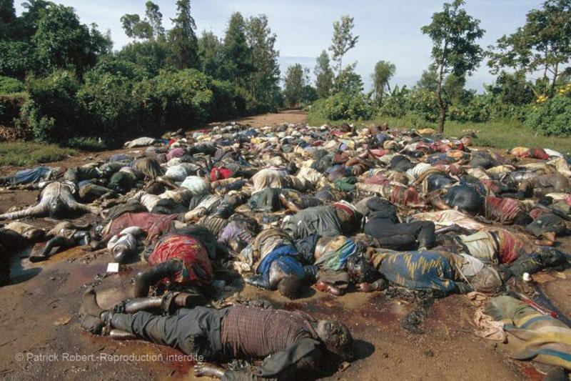 01.Colline de Nyanza, 21-23 avril 1994. Ces Tutsi, plus d'une centaine, ont été massacrés par les militaires des Forces armées rwandaises et les miliciens interahamwe. © Patrick Robert, reproduction interdite.