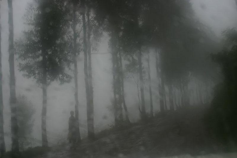 03.Sur la route de Rwamiko. Photographie extraite du livre Rwanda, le pays hanté, 2005. © Christophe Calais, tous droits réservés.