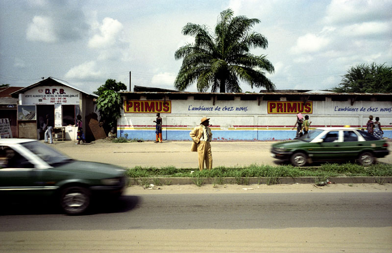 Severin Mouyengo, sapeur since the seventies, is about to cross Avenue Matsoua, the historical avenue of the Bacongo neighbourhood that used to be the only runway of the first Brazzaville and Congolese airport. © Héctor Mediavilla
