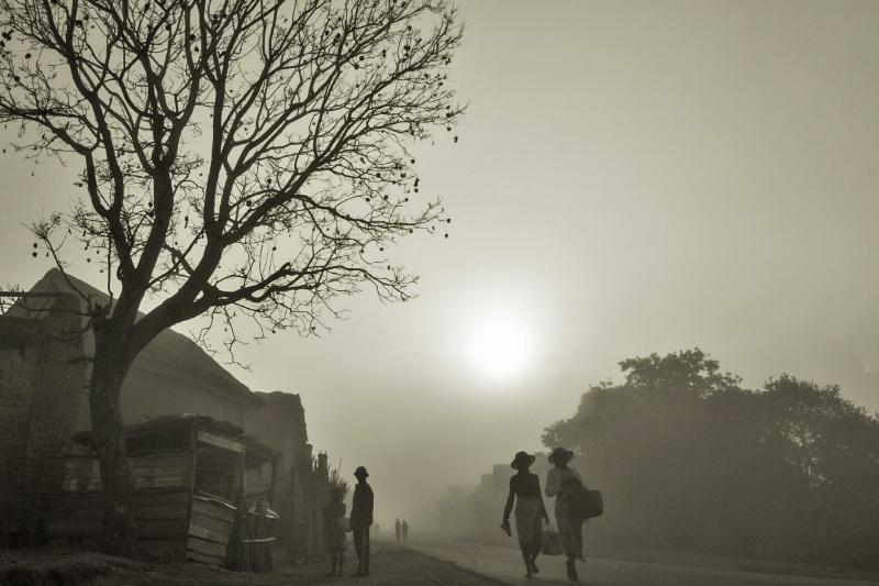 06h30: Les habitants d'Ambalavao Tatao, un village d'une centaine d'habitants se réveillent dans une brume matinale caractéristique de la region du Vakinankaratra (hauts plateaux). © Rindra Ramasomanana