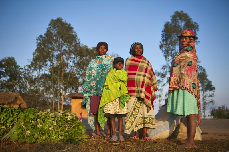 Chaque jour, des individus parcourent plusieurs dizaines de kilomètres pour rejoindre la ville la plus proche afin d'y vendre des légumes, du charbon ou des bois de chauffe. © Rindra Ramasomanana