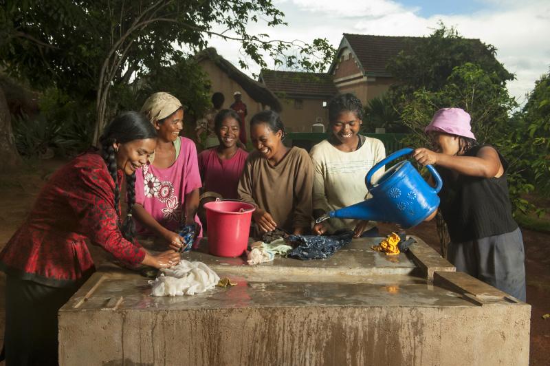 Les femmes quant à elles se retrouvent autour d'un bassin pour laver le linge, toujours dans la bonne humeur. © Rindra Ramasomanana