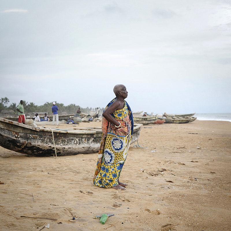 M. Zaunnakpé fait partie d'une communauté de pêcheurs du Ghana, installée au Bénin depuis trois générations. Le long de son histoire, la traite a entraîné des déplacements  massifs de populations, pas seulement des captifs à travers l'océan mais aussi des réfugiés à l'intérieur et sur les côtes africaines. Selon le témoignage de M. ZAUNNAKPÉ, à la fin du XIX siècle, sa famille s'est réfugiée  dans la région de Grand Popo à cause des razzias menées sur littoral(on parle ici de traite clandestine): son arrière grand-père Zaunnakpé a été déporté.  Village NIKOÉ CONDJI, Grand Popo, Bénin 2011 Source : Comité du Village NIKOÉ CONDJI © Nicola Lo Calzo