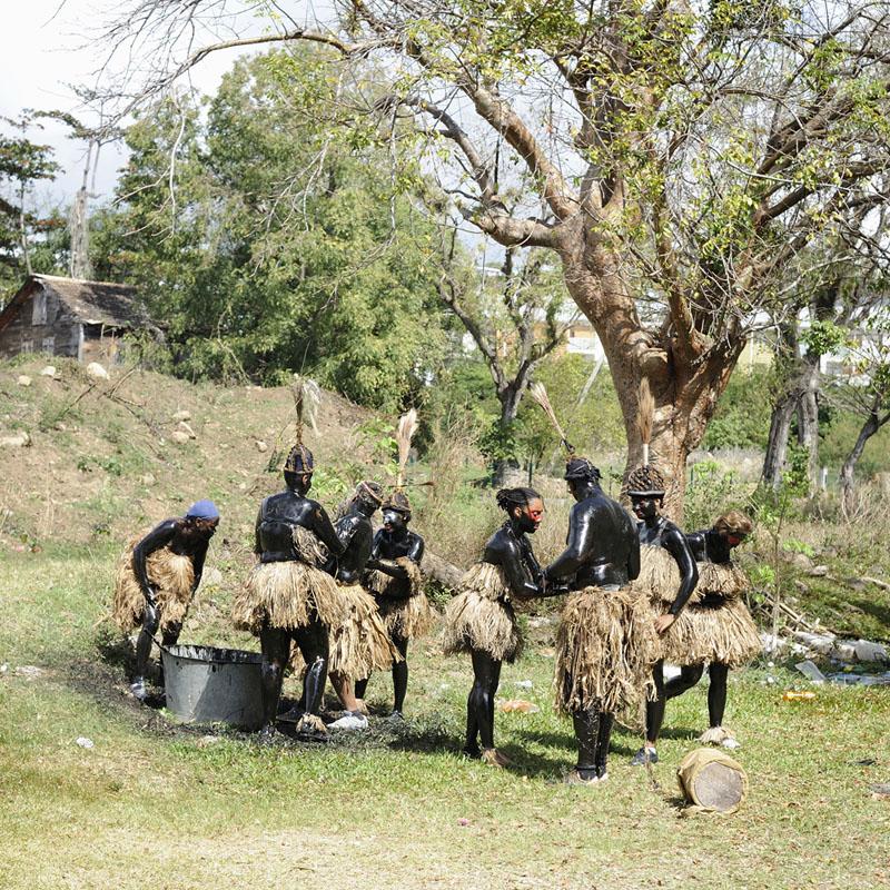 Le phénomène de réinterprétation du passé et de l'origine africaine est présent dans le cas du Mas a Kongo. Ce masque consiste à s'enduire le corps et le visage d'un mélange de sirop-batterie (sirop de canne a sucre) et de suie recueillie normalement dans les cheminées des usines à sucre. Ici encore ces éléments ont perdu une part de leur signification originelle (en référence au culte de l'ours ou de l'homme sauvage dans le carnaval indo-européen), pour endosser une symbolique nouvelle issue du contexte local. En effet, le masque du Congo est présenté comme symbolisant l'origine africaine du peuple antillais en raison de sa couleur noire exacerbée. D'autre part, cette image renvoie à une lecture pourtant très occidentale et très coloniale, du sauvage africain.  Il demeure que ce « masque du Congo », tout à fait ambigu sur le plan de ses origines, est considéré comme le symbole le plus fort de l'origine nègre de l'Antillais.  Quartier Patit Paris, Basse Terre 2012© Nicola Lo Calzo