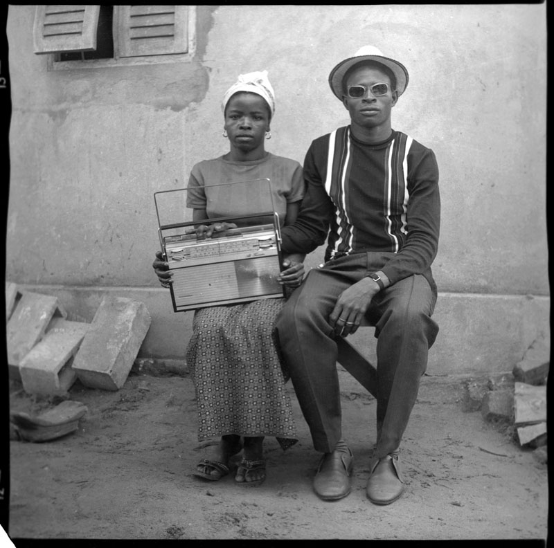 Couple avec une radio, Abidjan © Clic Clac Baby