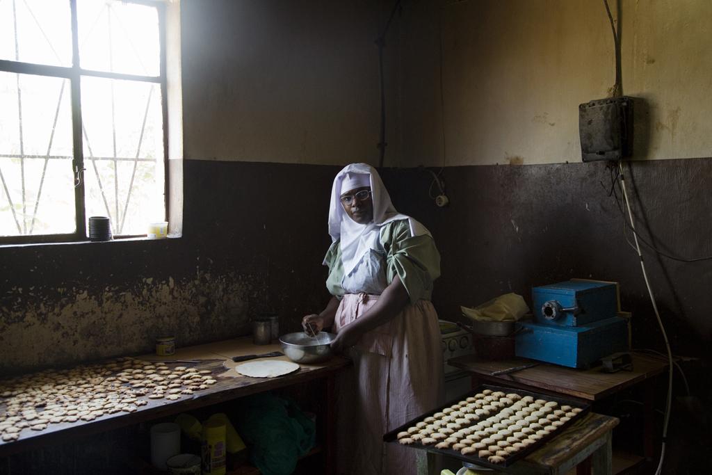Sœur Maria Theresa en train de faire les seuls petits gâteaux qu'on puisse trouver au Burundi. © Anaïs López